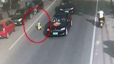 Dwulatek wjechał rowerkiem na ruchliwą ulicę - cudem przeżył