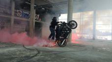 Pokaz stuntu motocyklowego w salonie Harleya Davidsona w Rzeszowie