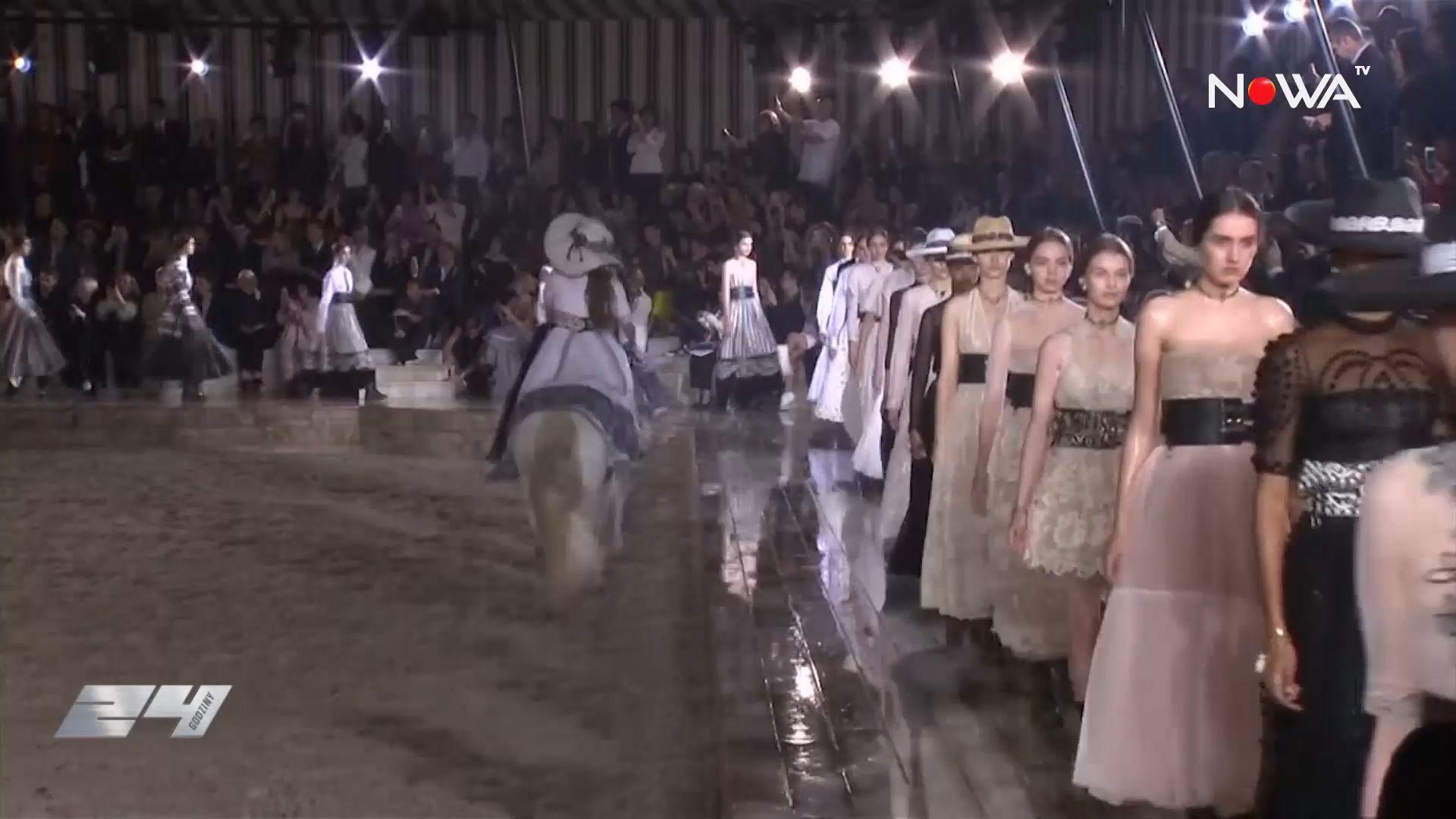 Pokaz mody w strugach deszczu