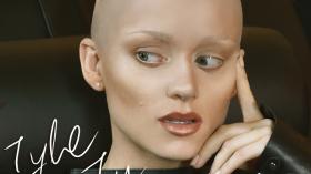 Kasia Popowska bez włosów! Szokująca przemiana w teledysku Tyle tu mam [VIDEO]
