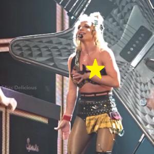 Britney Spears PĘKŁ stanik, ekipa ratowała uciekające piersi wokalistki! [VIDEO]