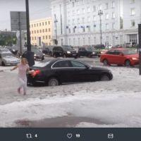 Śnieg w Petersburgu w środku lata! Zobacz zdjęcia i filmy z zasypanego miasta