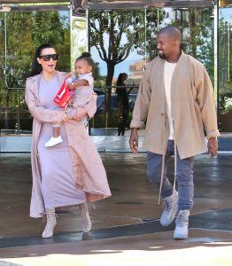 Kim Kardashian i Kanye West z córką North po wyjściu z kina