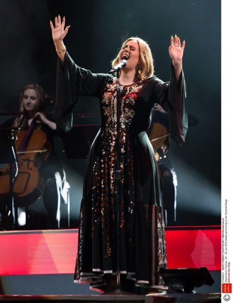 Zdjęcie z artykułu: Adele nadal nie może mówić! Porozumiewa się za pomocą gestów!