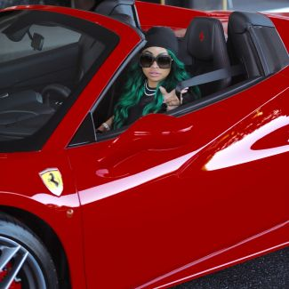 Blac Chyna w zielonych włosach w Ferrari