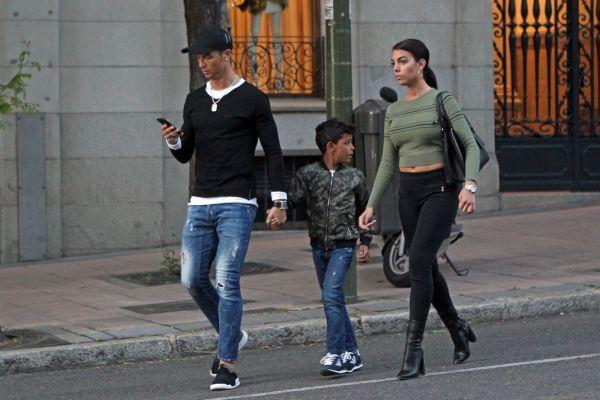 Zdjęcie z artykułu: Cristiano Ronaldo z dziewczyną i synem na spacerze. Co to za smutne miny?!