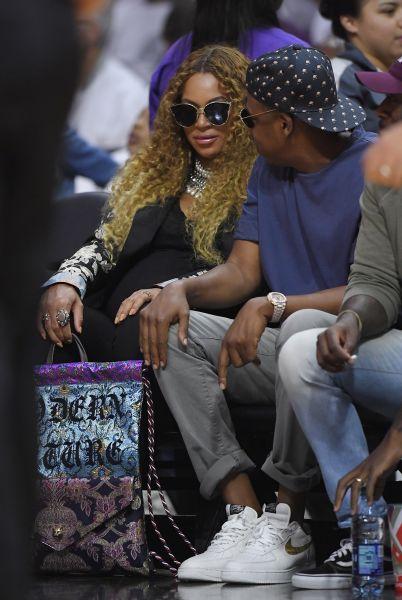 Zdjęcie z artykułu: Beyonce po porodzie musiała zostać w szpitalu! Bliźnięta są CHORE?