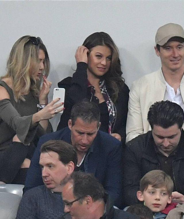 Anna Lewandowska i Robert Lewandowski na trybunach stadionu Bayernu