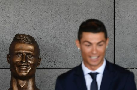Pomnik Cristiano Ronaldo na Maderze na lotnisku w Funchalu