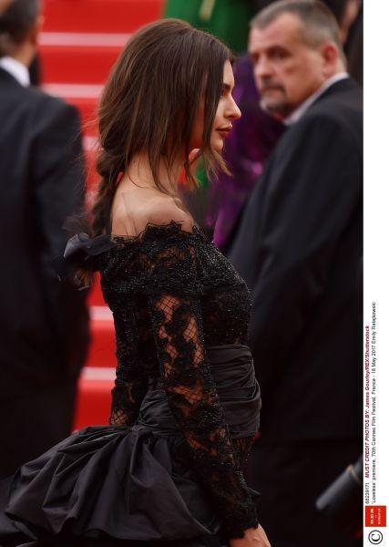 Zdjęcie z artykułu: Emily Ratajkowski w Cannes... BEZ MAJTEK?! Bo stanika nie miała na pewno...