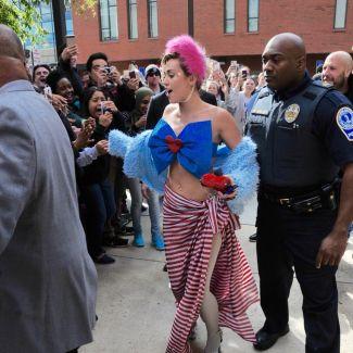 Miley Cyrus z kokardą na piersiach