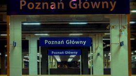 Lustrzany peron na dworcu Poznań Główny