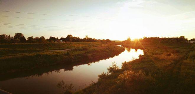 Zdjęcie z artykułu: Zachód słońca nad Skawiną [ZDJĘCIE DNIA]