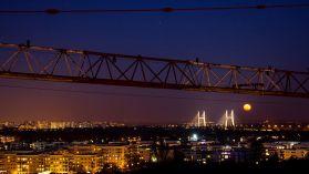 Most Siekierowski w towarzystwie księżyca [ZDJĘCIE DNIA]
