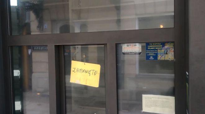 Wszystkie kioski na Krakowskim Przedmieściu są zamknięte! Dlaczego? [WIDEO]