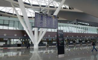Gdańsk: Na lotnisku oddał mocz na stojak z gazetami. Straty w tysiącach złotych