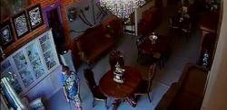 Z galerii na Piotrkowskiej skradziono szablę z okresu Księstwa Warszawskiego [WIDEO]. Na nagraniu widać nastoletniego złodzieja
