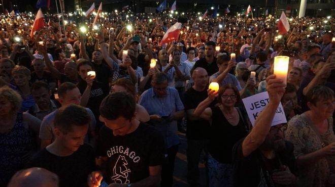 """""""Wolne sądy, chcemy weta"""". Protest przeciwko zmianom w sądownictwie także w Krakowie [AUDIO, ZDJĘCIA]"""