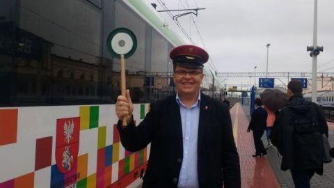 Dobrych humorów nie popsuł deszcz. Marszałek odprawił pociąg do Walił
