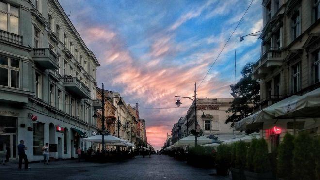 Zdjęcie z artykułu: Zachód słońca na Piotrkowskiej [ZDJĘCIE DNIA]