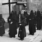 Czarne kaptury i trupie czaszki. W Krakowie odbywa się tajemnicza procesja! [ZDJĘCIA, WIDEO]