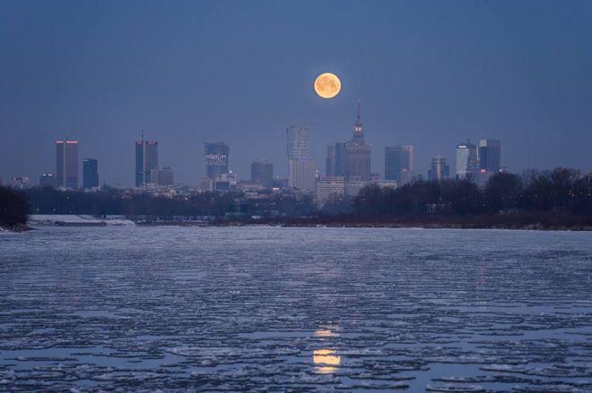 Zdjęcie z artykułu: Spotkanie Warszawy z księżycem [ZDJĘCIE DNIA]