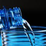 Ceny wody na polskich lotniskach: W Szczecinie butelka tańsza niż w innych miastach [RAPORT UOKiK]