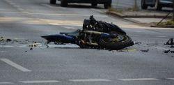 Wypadek z udziałem motocyklisty w Bydgoszczy! Nie wiadomo, kto prowadził osobówkę
