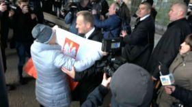 """Tusk przywitany na dworcu w Sopocie. """"Sto lat i jesteśmy z Tobą"""""""
