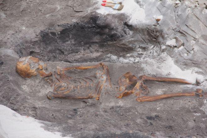 """Zdjęcie z artykułu: W Łebie odkryto """"polskie Pompeje""""! Średniowieczne miasto zatopił sztorm. Teraz wykopują tu masowy grób i kolejne ruiny [ZDJĘCIA]"""