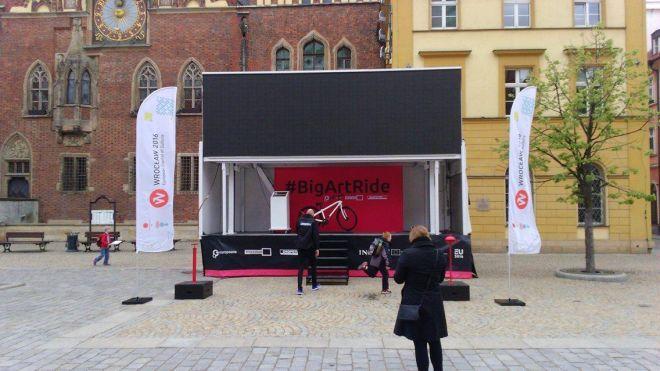 Zdjęcie z artykułu: #BigArtRide. Na wrocławskim rynku możesz teraz pedałować przez wirtualne miasta [ZDJĘCIA]