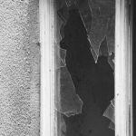 """,,Po prostu wypiłem za dużo"""". Wandal zniszczył drzwi na klatce oraz wybił szyby w barze i mieszkaniu na Pradze"""