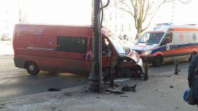 Wypadek na Jagiellońskiej! Kierowca wjechał w lampę uliczną