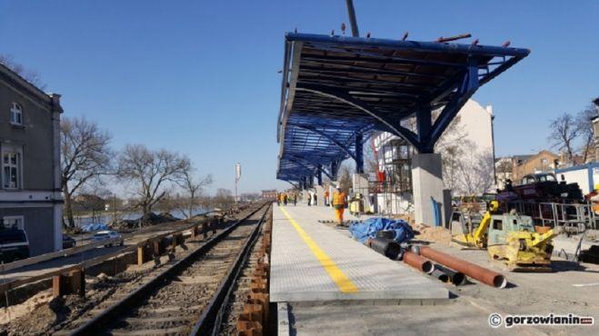 Wiata z przeszkloną ścianą i wysoki peron. Nowy przystanek kolejowy już wkrótce
