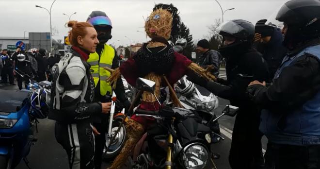 Zdjęcie z artykułu: Motocykliści utopili marzannę! Przewieźli ja przez miasto i wrzucili do rzeki [WIDEO]