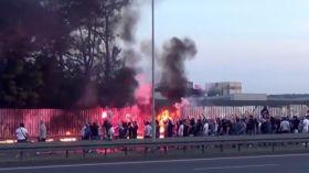 Katowice: Kibole Ruchu Chorzów palą flagę GKS Katowice [WIDEO]