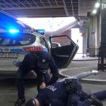 """""""Policjant chciał mnie udusić"""": Kontrowersyjne nagranie Wardęgi w Krakowie. Jak było naprawdę? [WIDEO]"""
