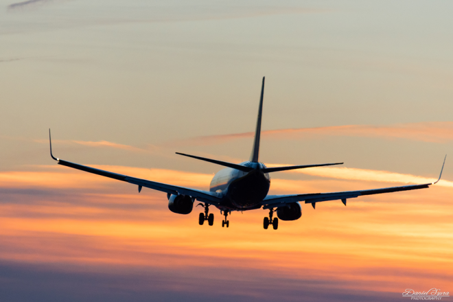 Zdjęcie z artykułu: Samolot nad lotniskiem w Balicach [ZDJĘCIE DNIA]