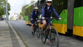 Policjanci z Poznania zamiast radiowozami patrolują ulice na rowerach! [NOWA TV 24 GODZINY WIDEO]