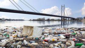 Mamy nowy most w Warszawie! Sterta śmieci po imprezach nad Wisłą połączyła oba brzegi miasta