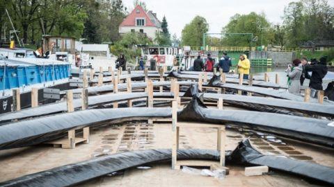 Wrocław: Trwa transport gigantycznej rzeźby na wyspę Daliową