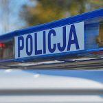 Niecodzienny wypadek w Boguchwale: Samochód zawisł na skarpie