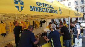 Szwedzcy kibice w Lublinie. Pod ratuszem stoisko z koszulkami reprezentacji