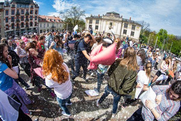 Nietypowa walka w centrum Krakowa: Zobacz zdjęcia z bitwy na poduszki! [AUDIO]