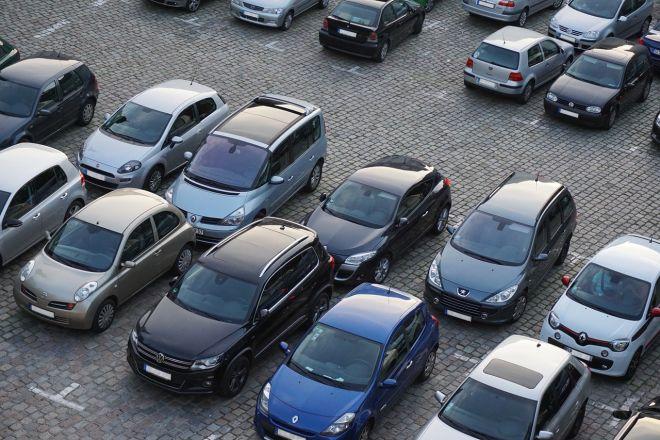 Zdjęcie z artykułu: Łódź: Zuchwała kradzież na parkingu. Złodziej wsiadł do samochodu i rozpylił gaz